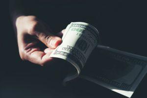 Какво стои зад силата на долара и разпродажбите на златото?
